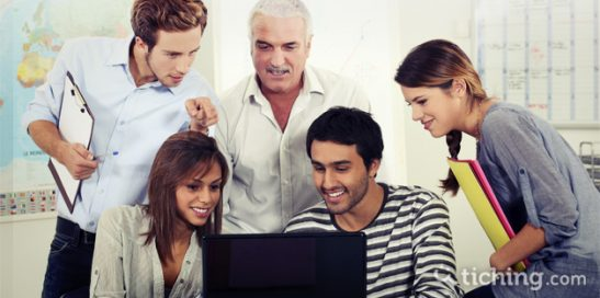 Imagen: grupo de docentes mirando en un ordenador vídeos para la reflexión docente.