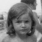 Imagen en blanco y negro de Maialen Garmendia de pequeña.
