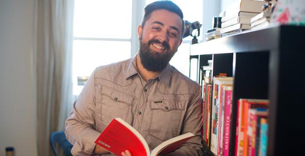imagen de Santiago Moll de adulto con un libro abierto en las manos