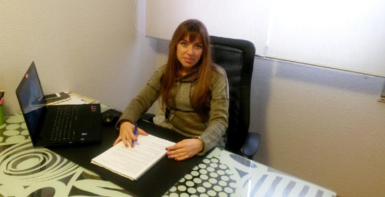 Imagen actual de Celia Rodríguez sentada en una mesa frente a un ordenador.