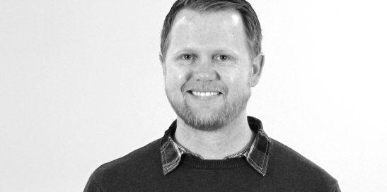 Imagen actual en blanco y negro de Chad McGehee, experto en mindfulness