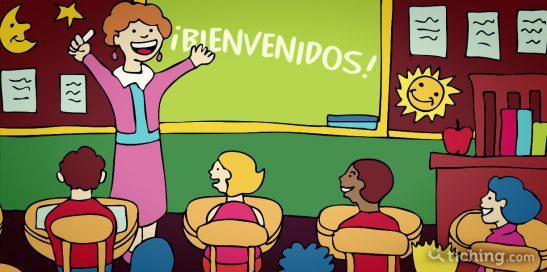 Imagen del artículo 9 frases que puedes decirle a tus alumnos: Profesora dando la bienvenida a los alumnos.