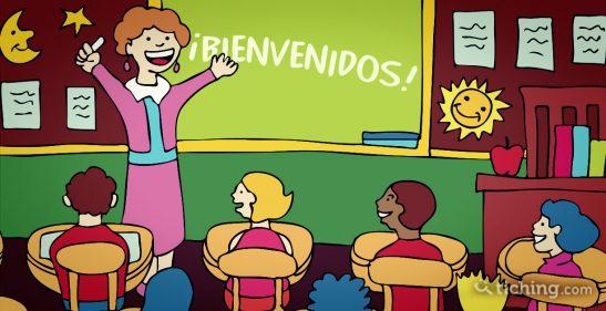Imagen del artículo 9 frases que decirle a tus alumnos: Profesora dando la bienvenida a los alumnos.