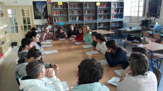 imagen de una tertulia en el aula con el docente, familiares y alumnos