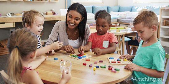 Niños jugando con el puzzle en el aula