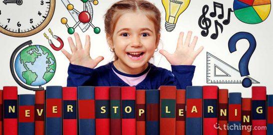 La polimatía en la educación: una niña con símbolos de diferentes saberes para simbolizar la multidisciplinariedad