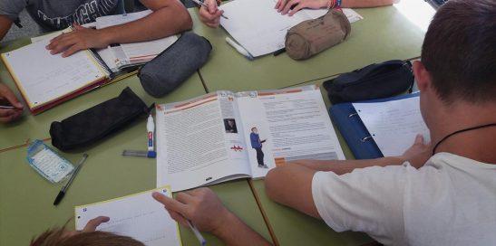 Trabajo colaborativo entre los alumnos de clase