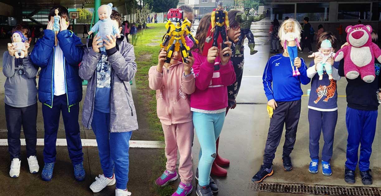 imagene patios colectivos coeducativos: niños con juguetes considerados masculinos y femeninos.