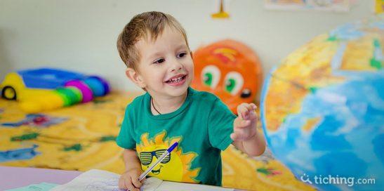 un niño con un globo terráqueo simboliza el aprendizaje de un segundo idioma