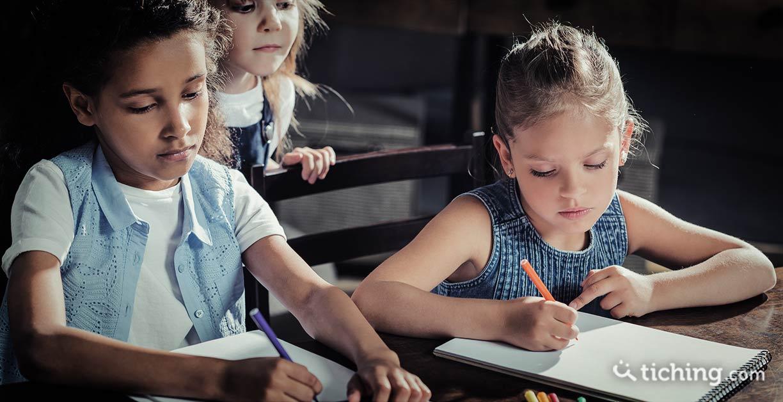 Proyecto Dibustoria: dos niñas pintando sobre un papel