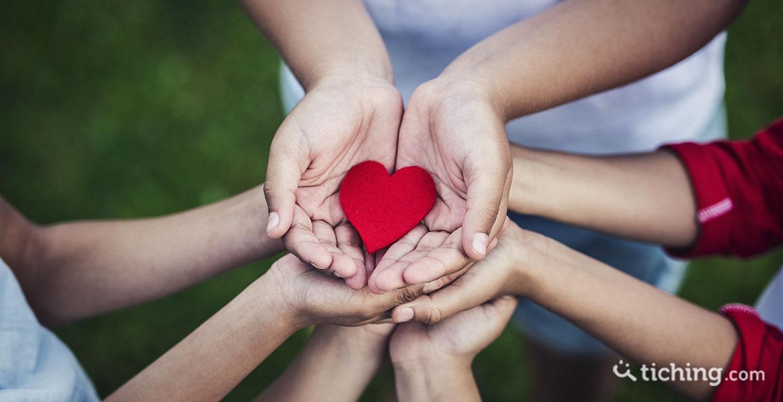 Imagen 7 dinámicas para fortalecer la autoestima: manos sosteniendo un corazón de fieltro.
