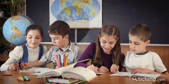 Tutoría entre pares: dos parejas que están enseñando y aprendiendo de sus respectivos compañeros.