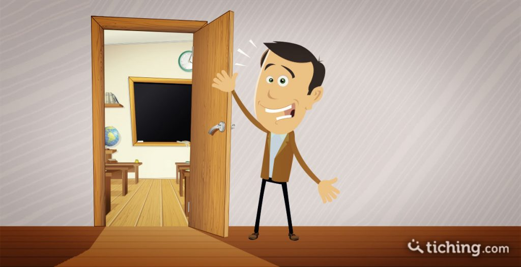 7 formas de dar la bienvenida al alumnado en el primer día de clase: Profesor en la puerta del aula dando la bienvenida.