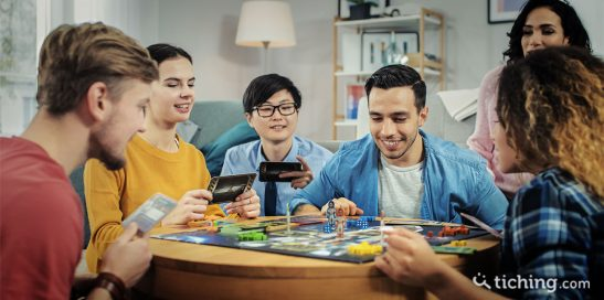 E-lecciones generales: Chicos y chicas jugando a un juego de mesa.