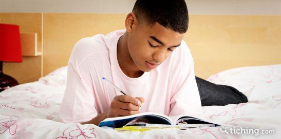 Adolescente con un cuaderno para ilustrar El cuaderno donde por fin me puedo expresar sin filtros