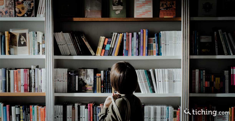 Chica en una librería para ilustrar el Día de las librerías