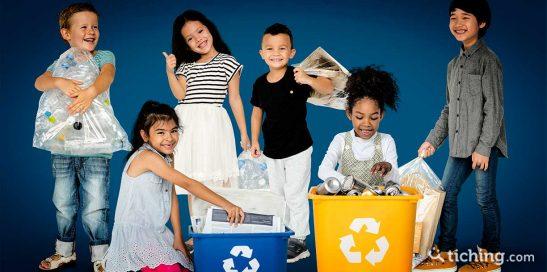 Niños reciclando para ilustrar la semana europea de la reducción de residuos