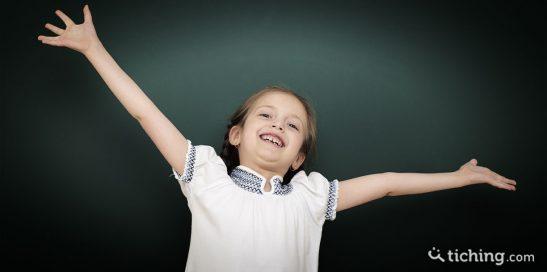 Niña celebrando en la pizarra para ilustrar la gamificación