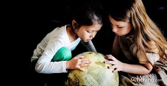 Niñas con planeta reflexión educacion global pospandemia