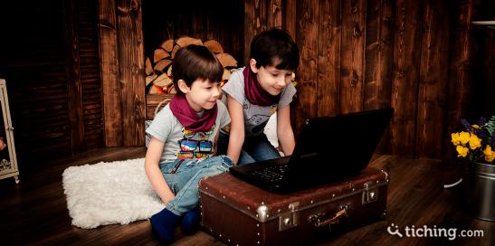 Niños frente a un portátil para ilustrar el papel del juego en el aprendizaje