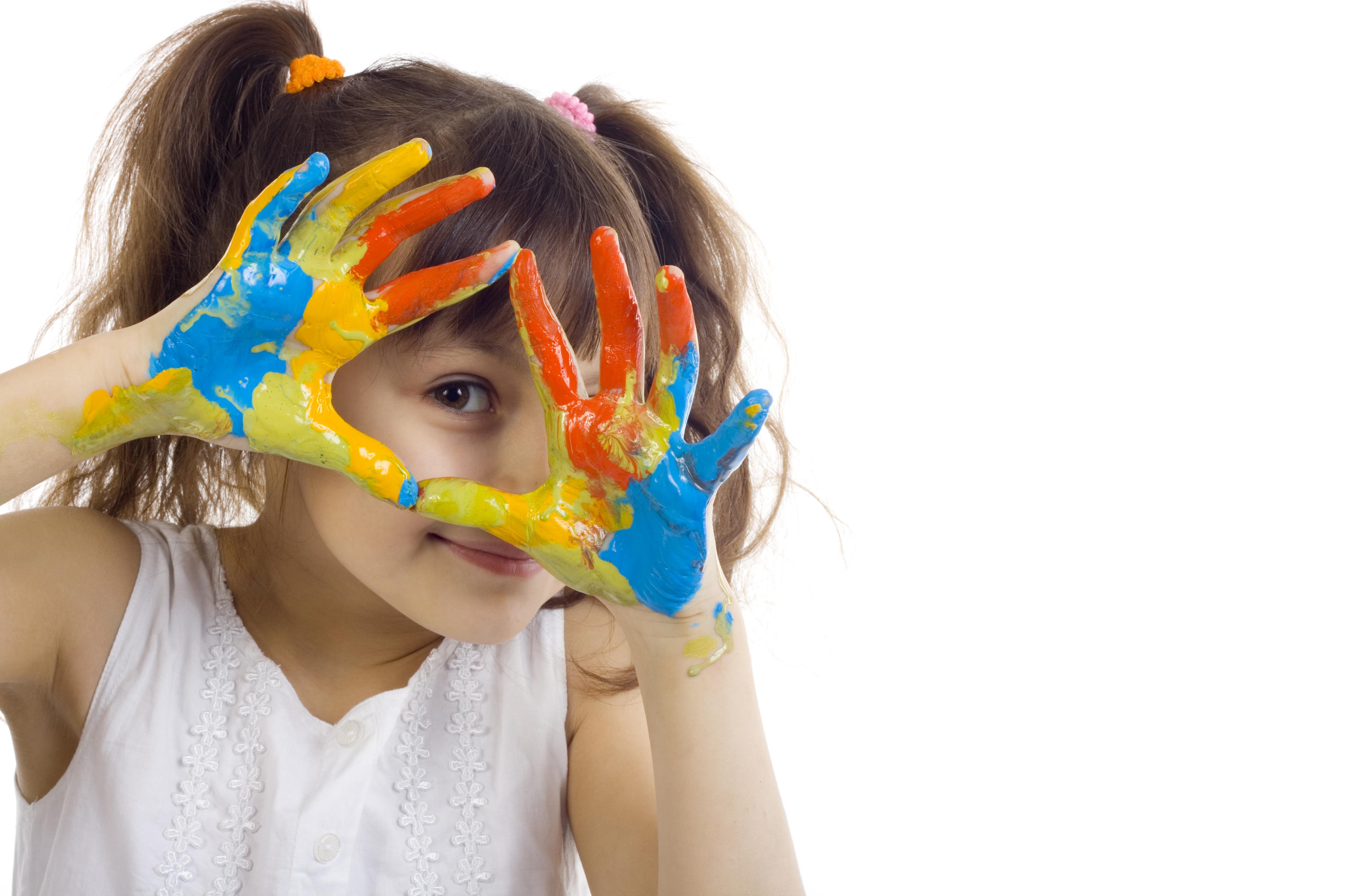 Niña jugando con colores para ilustrar las actividades plásticas