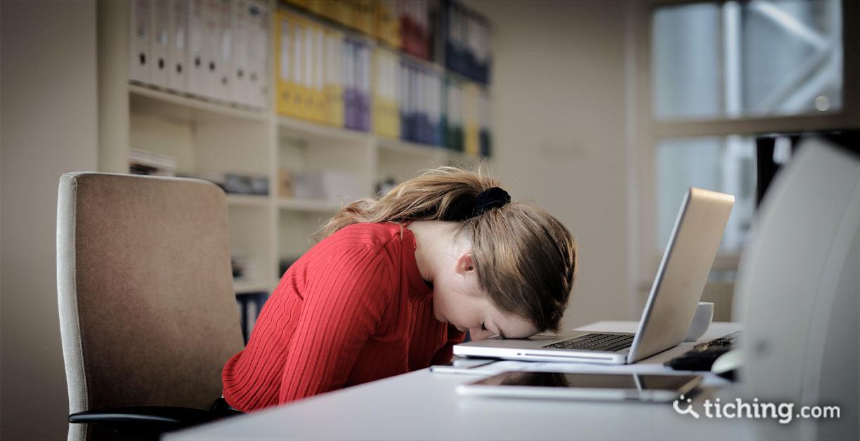 Niña con una cabeza sobre un portátil para ilustrar la brecha digital